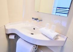 Première Classe Paris Ouest - Nanterre - La Défense - Nanterre - Bathroom