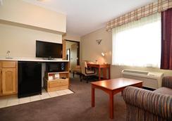 Best Western Plus University Park Inn & Suites - Ames - Bedroom
