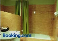 Hostal Fornos - Segovia - Bathroom