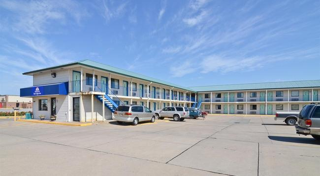 Americas Best Value Inn - Lincoln - Building