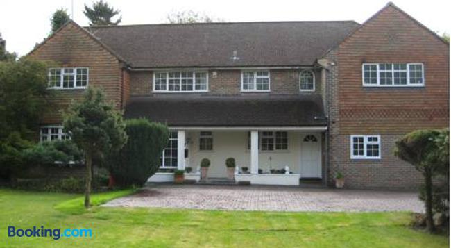 Tanglewood Guest House - Crawley - Building