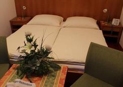 Airporthotel Salzburg - Salzburg - Bedroom