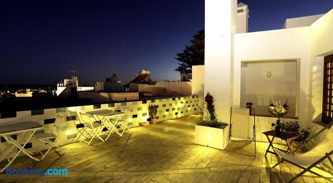 Hostal El Alojado de Velarde - Conil de la Frontera - Building