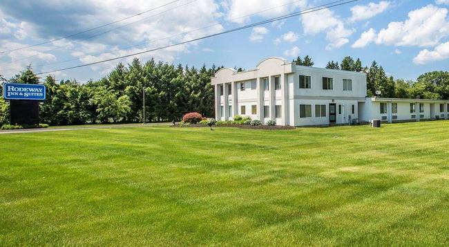 Rodeway Inn & Suites - New Paltz - Building