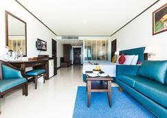 Andaman Beach Suites Hotel - Patong - Bedroom