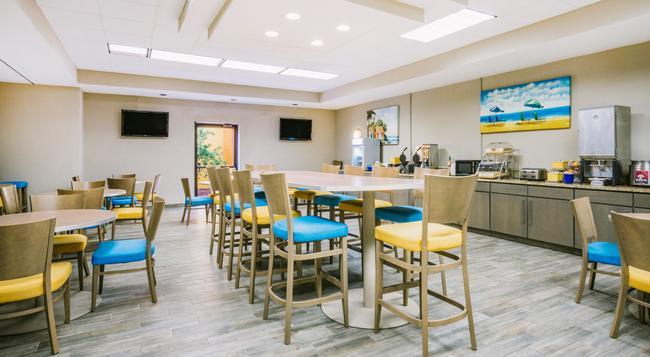 Days Inn & Suites Amelia Island At The Beach - Fernandina Beach - Building