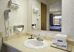 Travelodge San Rafael - San Rafael - Bathroom