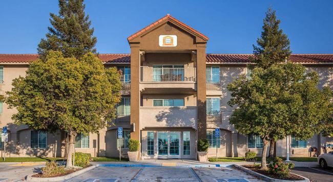 Visalia Sequoia Hotel - Visalia - Building