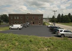 The Hudson Suites Extended Stay Hotel - New Castle - Parking