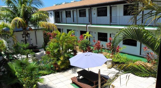 Red Carpet Inn - Nassau - Building