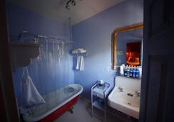 Metro Hotel and Cafe - Petaluma - Bathroom