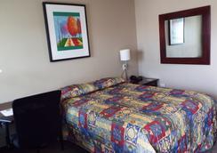 Modern Motel - Vinton - Bedroom