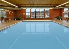 Days Inn & Suites Bozeman - Bozeman - Pool