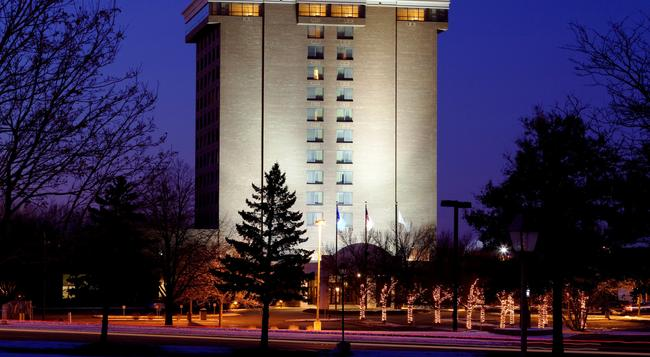 DoubleTree by Hilton Hotel Minneapolis North - Brooklyn Center - Building