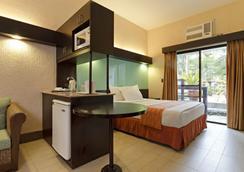 Microtel Inn & Suites by Wyndham Boracay - Malay - Bedroom