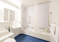 Travelodge Sheffield Richmond - Sheffield - Bathroom
