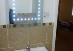 Ascot Grange Hotel - Voujon Restaurant - Leeds - Bathroom