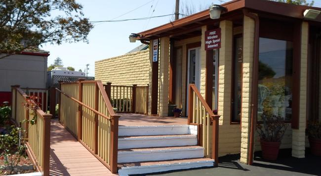 Hitching Post Studios Inn - Santa Cruz - Building