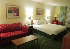 Baymont Inn & Suites Salina - Salina - Bedroom