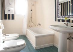 HRC Hotel - Madrid - Bathroom