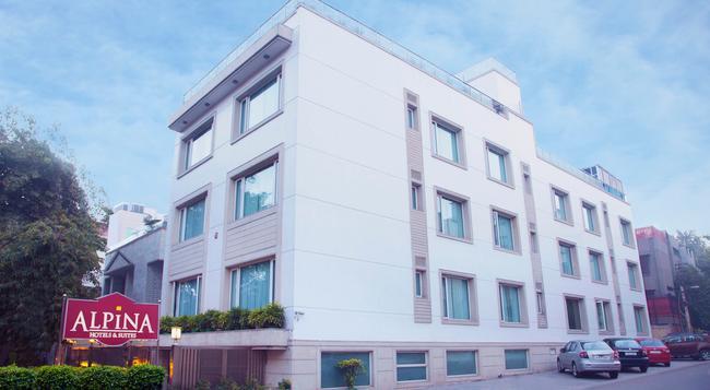 Alpina Hotels & Suites - New Delhi - Building