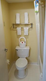 Days Inn & Suites Norcross - Norcross - Bathroom