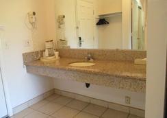 Knights Inn Newport - Newport - Bathroom