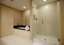 Town & Country Inn and Suites - Charleston - Bathroom