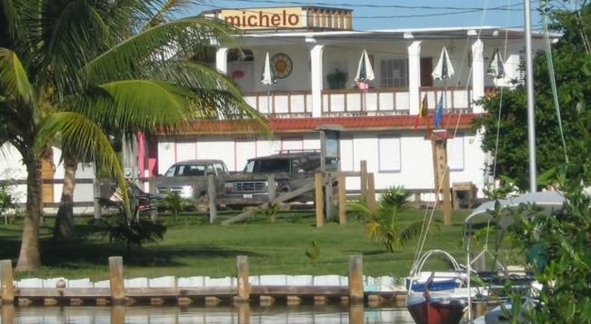Michelo Suites - Placencia - Building
