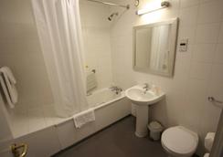 247Hotel.com - Oldham - Bathroom