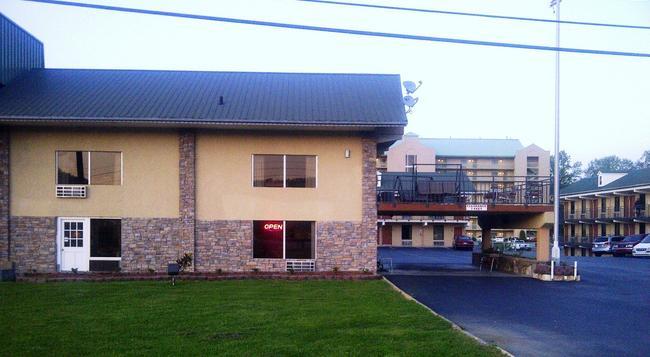 Lazy Bear Inn - Pigeon Forge - Building