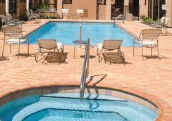Courtyard by Marriott Pensacola Downtown - Pensacola - Pool
