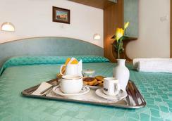 Hotel Ivonne Garnì - Rimini - Bedroom