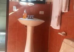 Casa Colonial Sps - San Pedro Sula - Bathroom