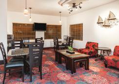 Days Inn Arlington - Arlington - Lobby