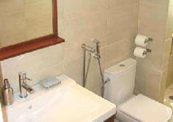 My Rainbow Rooms Gay Men's Guest House - Lisbon - Bathroom