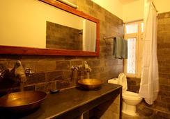 Thorong Peak Guest House Pvt Ltd - Kathmandu - Bathroom