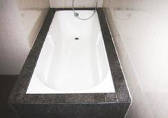 Delux Golden Hotel - Ajmer - Bathroom