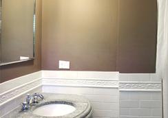 The Longwood Inn - Brookline - Bathroom