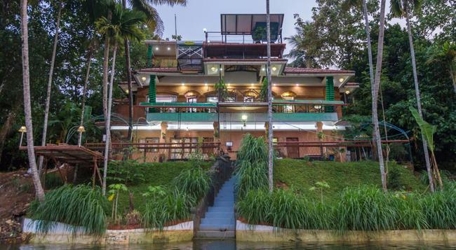Reminiscene Ayurveda Yoga Retreat - Kochi - Building