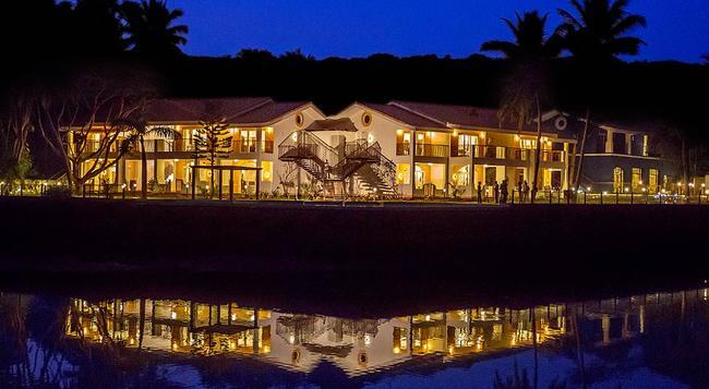 Acron Waterfront Resort - Baga - Building