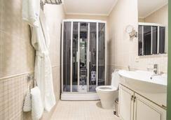 Grand Sapphire Hotel - Almaty - Bathroom