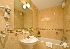 Hotel Raffaello - Prague - Bathroom