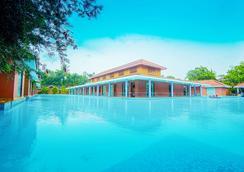 Saj Earth Resort - Angamāli - Attractions