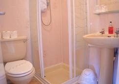The Arncliffe Hotel - Blackpool - Bathroom