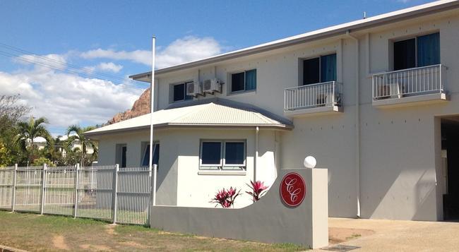 Castle Crest Motel - Townsville - Building