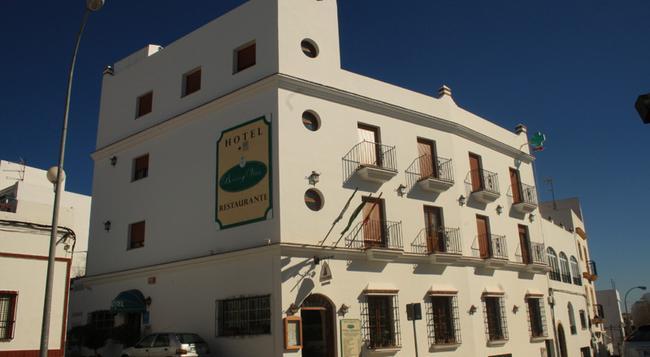 Hotel Restaurante Blanco y Verde - Conil de la Frontera - Building