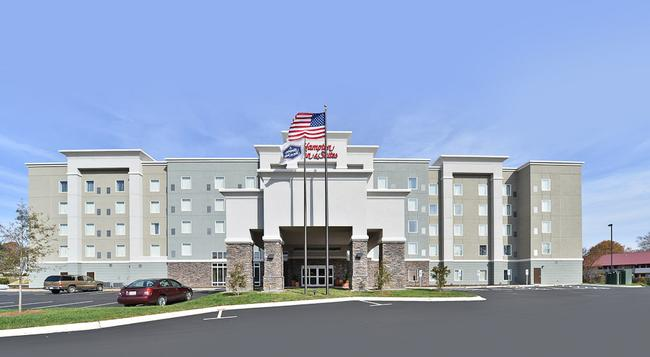 Hampton Inn & Suites Greensboro/Coliseum Area - Greensboro - Building