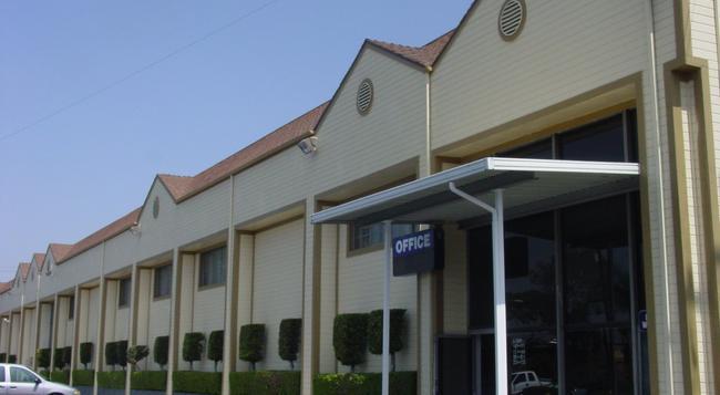 Good Nite Inn - Whittier - Building