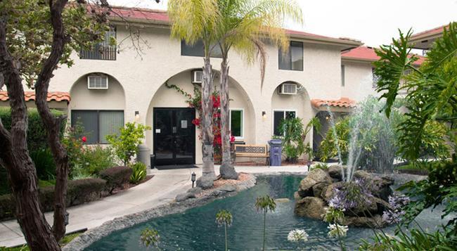 California Suites Hotel - San Diego - Building